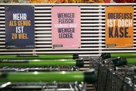 """BIO COMPANY fordert zu weniger Konsum auf und lässt die Kunden am 24. September den Preis ihres Einkaufs selbst entscheiden. Bild: """"obs/Dorothea Tuch für BIO COMPANY"""""""
