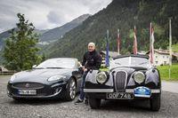 """Jürgen Vogel trifft zwei Generationen Jaguar XK bei der Silvretta Classic / Bild: """"obs/Jaguar Land Rover Deutschland GmbH - Presse Jaguar/Gudrun Muschalla"""""""