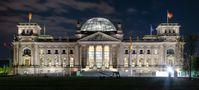 Reichstagsgebäude bei Nacht (Symbolbild)