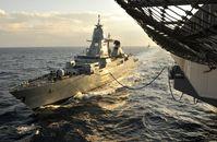 Fregatte Hessen bei der Seeversorgung mit dem Flugzeugträger USS Eisenhower