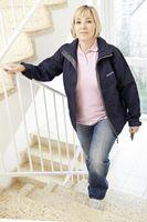 Sicher ist sicher: Auf Treppen immer das Geländer nutzen. Bild: BGW/Florian Arvanitopoulos