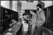 """Das Deutsche Museum erhält den ersten """"Apple Macintosh 512 K"""" Personal Computer. Personen von links: Der Erfinder Steve Jobs, Dr. Otto Mayr (damaliger Generaldirektor des Deutschen Museums), Ralf Deja (Geschäftsführer der Apple Comuter GmbH München), Mai 1985. Foto: Claus Hampel"""