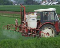 """Auch wenn die """"gute fachliche Praxis"""" eingehalten wird, ist Pestizidabdrift unvermeidbar. würde man den Pflanzenschutzmitteln einen fluoreszierenden Marker zusetzen, wären binnen Stunden Häuser, Gärten, Hecken und Biotope am leuchten. Von Verbraucherschutz keine Spur, die Emissionen der konventionellen Landwirtschaft muss jeder ertragen, auch der, der sich ausschließlich biologisch ernährt. Bild: Umweltbund"""