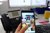 Für viele Arbeitnehmer ist das Smartphone auch am Arbeitsplatz nicht wegzudenken (Symbolbild) Quelle: Foto: Daniela Stang/Uni Ulm (idw)