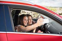 """Selfies in allen Lebenslagen sind ein großer Trend. Gefährlich wird es hingegen, wenn Fahrer während der Fahrt zum Handy greifen. Bild: """"obs/LeasePlan Deutschland GmbH/B. Smart"""""""