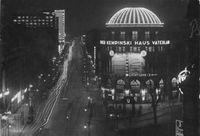 Blick vom Potsdamer Platz in die erleuchtete Stresemannstraße im Jahr 1932. Erkennbar sind mehrere Gebäude mit aufwändiger Lichtgestaltung.