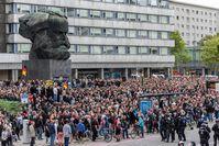 Treffpunkt vor der Demo in Chemnitz: Friedliche Demonstranten und keine Hetzjagten oder ähnliches.