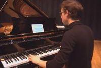 Pianist mit Tablet: App macht Gerät zu Orchester.