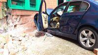 Die Klinkerwand des Gebäudes und die BMW-Limousine wurden stark beschädigt. Bild: Polizei Braunschweig