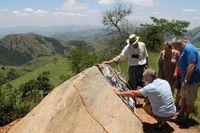 An einem Haltepunkt des Geotrails erläutert der örtliche Ökologe Tony Ferrar (mit Hut) Besuchern versteinerte, etwa 3,2 Milliarden Jahre alte mikrobielle Matten in einem Gesteinsblock.
