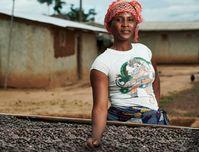 """Fairtrade-Kakaobäuerin Dah Oho aus Gogoko, einem kleinen Dorf etwa 50 Kilometer von der ivorischen Küste entfernt. / Bild: """"obs/TransFair e.V./Christoph Kötslin"""""""