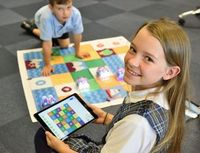 Kind mit Tablet: moderate Bildschirmzeit gesund.