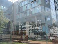 Artikel 8 des Grundgesetzes - eine Arbeit von Dani Karavan an den Glasscheiben zur Spreeseite beim Jakob-Kaiser-Haus des Bundestages in Berlin