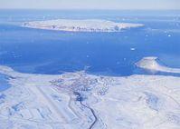 Luftbild mit Thule AFB im Vordergrund auf Kalaallit Nunaat (Grönland)