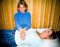 Anwendung von Reiki durch Auflegen der Hände Bild: Andy Beer at en.wikipedia / Fiorellino / de.wikipedia.org