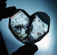 Einem Herz ähnlich ist dieser Quarzzwilling aus Japan in der neuen Sonderausstellung der Mineralogischen Sammlung der Universität Jena zu sehen. Quelle: Foto: Jan-Peter Kasper/FSU (idw)