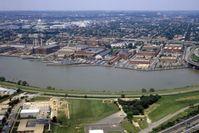 Luftaufnahme des Washington Navy Yard mit der USS Barry am Pier, im Hintergrund das Kapitol