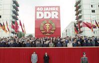 Mitglieder der Partei- und Staatsführung der DDR sowie Repräsentanten aus dem Ausland auf einer Ehrentribüne in der Berliner Karl-Marx-Allee am 7.Oktober 1989, dem 40.Jahrestag der DDR (Symbolbild)