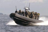 Die Kampfschwimmer sind mit dem RHIB in Küstennähe unterwegs und warten auf ihren Auftrag. Bild: Deutsche Marine
