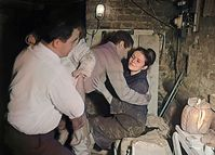 Domenico Sesta (Mimo) begrüßt Evelyne Schmidt (Peters Frau) Bild: SWR/NBC/National Archives Fotograf: SWR - Das Erste
