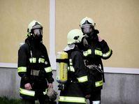Feuerwehrleute in Schutzanzügen (Symbolbild)