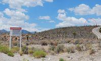 Warnschild vor dem Gelände der Area 51 mit Wächtern im Hintergrund (Groom Lake Road)