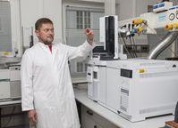 Dr. Daniel Rentsch bei der Untersuchung einer Probe von einem Drogenkonsumenten. In nur einer Stun Quelle: (Foto: ITMZ/ Edeltraut Altrichter) (idw)