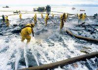 Reinigungsarbeiten nach dem Tankerunglück der Exxon Valdez im Jahr 1989 im Prinz-William-Sund, Alaska. Bild: courtesy of the Exxon Valdez Oil Spill Trustee Council