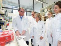 Prof. Dr. Andreas Zimmer (links) und die nordrhein-westfälische Wissenschaftsministerin Svenja Schulze (Mitte) im Labor des Instituts für Molekulare Psychiatrie der Universität Bonn. Quelle: © Foto: Volker Lannert/Uni Bonn (idw)