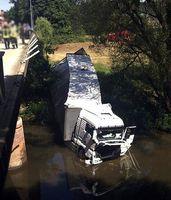 Sattelzug landet nach Unfall in der Lahn Bild: Polizei