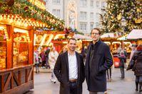 Jun.-Prof. Dr. Marcel Lichters (li.) und Prof. Dr. Marko Sarstedt (re.) auf dem Magdeburger Weihnachtsmarkt.