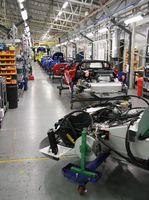 Fließbandfertigung von Autos in der Automobilindustrie.