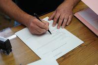 Unterzeichnung der Erklärung durch kitzVenture-Geschäftsführer Patrick Landrock. Bild:     Harald Artner
