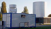 Das mobile Wolkenradar LACROS (im Bild links vor dem stationären Wolkenlabor LACIS) ist eines von 20 Fernerkundungsgeräten, die während der Messkampagne HOPE zum Einsatz kommen , um möglichst viele Wettersituationen einzufangen und so das Wissen über Wolken- und Niederschlagsbildung zu verbessern. Quelle: Foto: Patric Seifert/ TROPOS (idw)