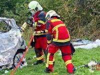Die Einsatzkräfte mussten das Fahrzeug zerschneiden, um an die Leichname heranzukommen.