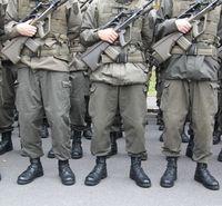 Soldaten: Kampfpanzerung soll noch stärker machen. Bild: pixelio.de, Gabi Eder