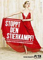 """Schauspielerin Christina Siemoneit gegen die Stierhatz. Bild: """"obs/PETA Deutschland e.V."""""""