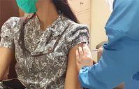 Verabreichung eines möglichen COVID-19-Impfstoffs an eine Freiwillige im Rahmen einer Studie in Indonesien