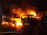 Brennender Kleintransporter vor der Lagerhalle.