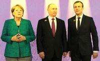 Angela Merkel (li.), Wladimir Putin (mi.), Emanuel Macron (re.) (2017)