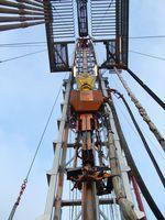 Kraftdrehkopf mit Schlauchzuleitung am Bohrgestänge einer Erdölbohranlage