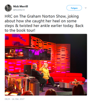 Hillary Clinton bricht sich am 16. Oktober 2017 in London den Zeh, berichtete die ehemalige US-Außenministerin der britischen Nachrichtenagentur PA zufolge bei einer Aufzeichnung für die BBC-Talkshow Graham Norton. Sie trägt den gleichen orthopädischen Schuh wie John McCain.