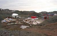 Die Müll-Realität in der Antarktis: Eine chinesische Mülllagerfläche in der Saison 2008/09  auf der Fildes-Halbinsel auf King George Island. Im Hintergrund die Station Great Wall. Quelle: Foto: Anja Nordt/FSU (idw)