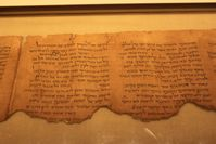 Schriftrolle mit einem hebräischen Kommentar zu Habakuk (Rolle 1QpHab, im Bild die Spalten 7 und 6).