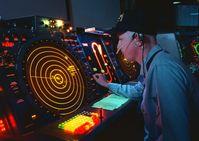 Radarmonitor in der Flugüberwachung eines Flugzeugträgers (Symbolbild)