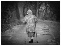 Alte Frau: Sport, Ernährung und Ruhe halten fit. Bild: pixelio.de, M. Schimmel