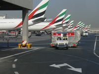 Mehrere Maschinen der Emirates am Dubai International Airport