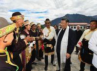 Chinese President Xi Jinping talks with a family at Galai Village of Nyingchi, southwest China's Tibet Autonomous Region, July 21, 2021. /Xinhua Bild: CGTN