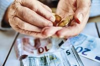 Seniorinnen und Senioren geraten vermehrt ins Visier von Betrügern und Dieben  Bild: bilderstoeckchen - stock.adobe.c Fotograf: Jan Tepass