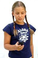 Mädchen mit Handy: Gefahr, süchtig zu werden. Bild: pixelio.de, S. Hofschlaeger